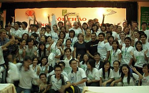 2009年越南GNOME亚洲峰会中有100多名充满活力的志愿者(同样也有很多女孩参与志愿者工作)