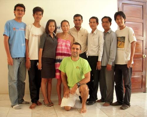开源教育学院:主要集中在大学的老师和志愿者培训工作,他们也进行本地化(翻译)工作、写培训材料及教科书(OpenSUSE, Firefox,  Thunbderbid, OpenOffice.org),因为在柬埔寨Windows没有柬埔寨语的版本,Linux和自由/开源软件在这里挺受欢迎的,连教育部也跟开源教育学院有很紧密的合作!