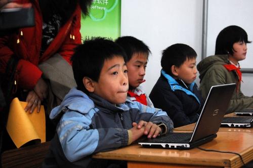 文德学校老师在上计算机课为我们作演示,当时来宾都聚集在教室里,看学生们还是非常认真地学习怎样用计算机来画画!