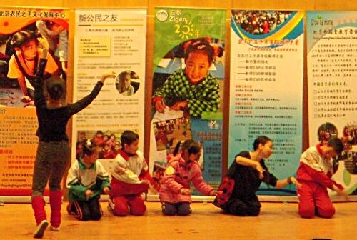4名在现场找的儿童跟两位艺术家一起表演舞蹈
