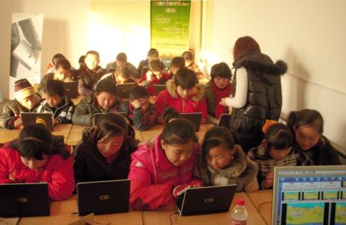 五年级的学生在上电脑课,不再是演示课!